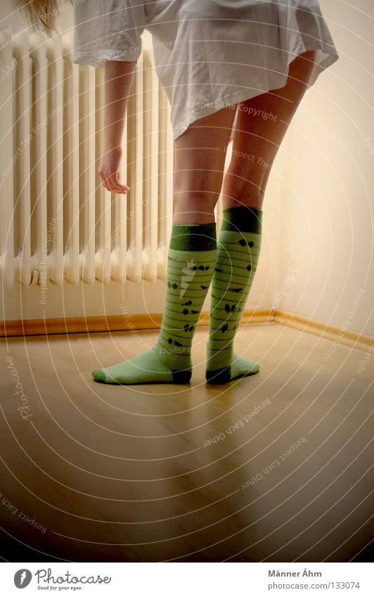 Bend over! Frau Hand Fenster Holz Fuß Wärme Beine Vogel Arme Wohnung Suche Bekleidung Kreis T-Shirt Physik heiß