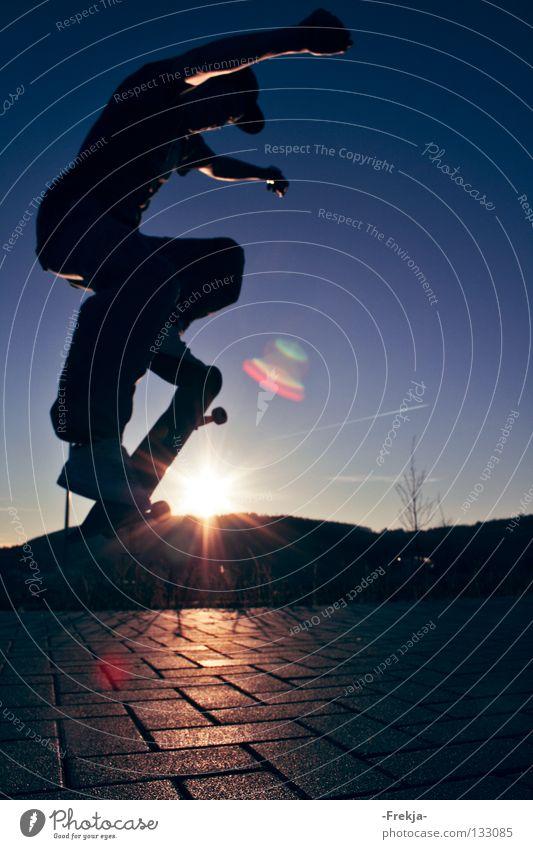 Schattenspringer Jugendliche Himmel Sonne springen Beleuchtung Skateboarding Funsport