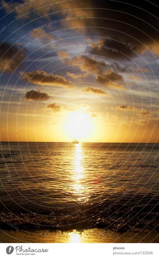 Sonndown schön ruhig Ferne Freiheit Sonne Strand Meer Wellen Natur Wasser Himmel Wolken Horizont Passagierschiff Wasserfahrzeug gelb rot Gefühle Stimmung