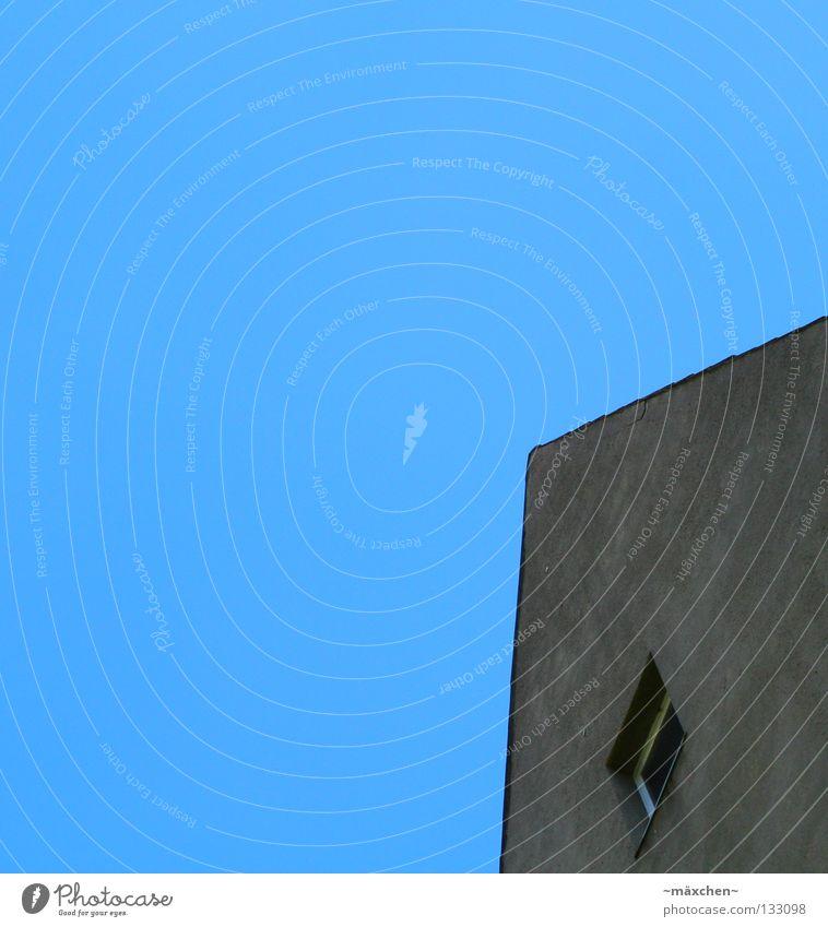 Eckdach sehr wenige minimalistisch Dach Fenster Wand Fassade Putz grau diagonal weiß herausragen kommen Haus Himmel Dachboden Häusliches Leben blau Ecke Spitze