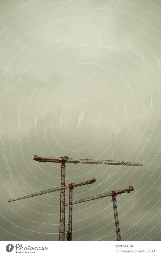 Baustelle Kran Montage Hochbau Mindestlohn Konjunktur Wolken Himmel drehkran turmdrehkran Tiefdruckgebiet Textfreiraum oben Hintergrund neutral Wolkendecke