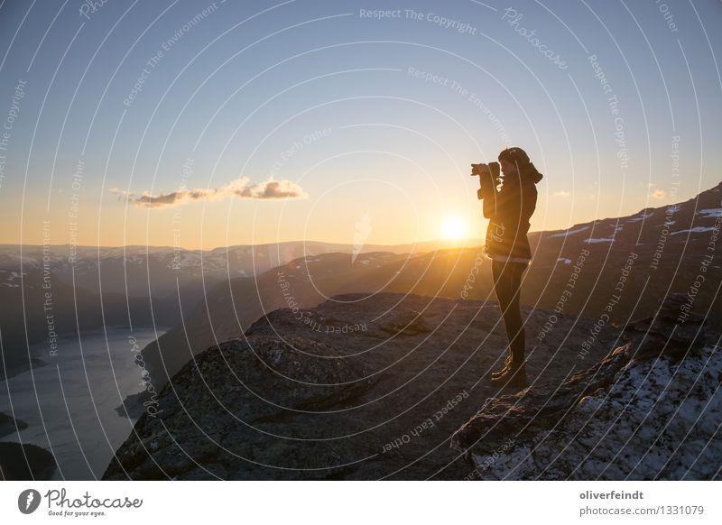 Norwegen I Mensch Himmel Natur Ferien & Urlaub & Reisen Jugendliche Junge Frau Sonne Landschaft Wolken Ferne 18-30 Jahre Berge u. Gebirge Erwachsene Umwelt feminin Freiheit