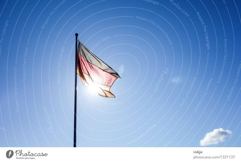 Heimkommen | nach Deutschland Lifestyle Nationalfeiertag Tag der Deutschen Einheit Himmel Sonne Sonnenlicht Schönes Wetter Menschenleer Deutsche Flagge Streifen