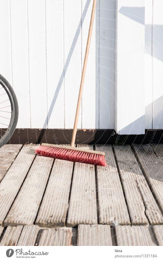 einsatzbereit Haus Besen Holz warten Sauberkeit fleißig diszipliniert Ordnungsliebe Reinlichkeit Wand Holzbrett Außenaufnahme Menschenleer