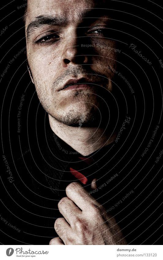 to be, or not to be! Mann Hand schwarz Gesicht dunkel Mund Haut Nase kaputt Ohr Lippen Hemd Bart Müdigkeit Wange Krawatte