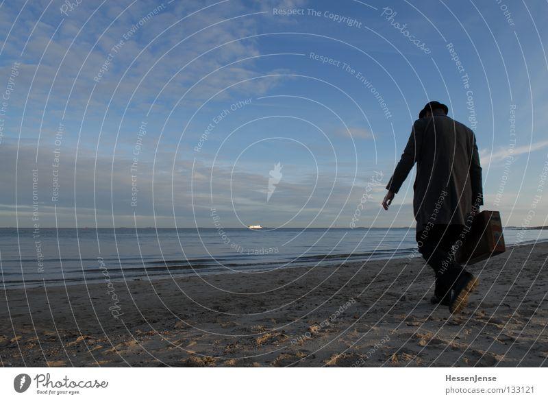 Person 32 Himmel Mann Meer Einsamkeit Wolken See Sand Wasserfahrzeug Wellen Hoffnung Trauer Hut Verzweiflung Koffer Mantel Muschel