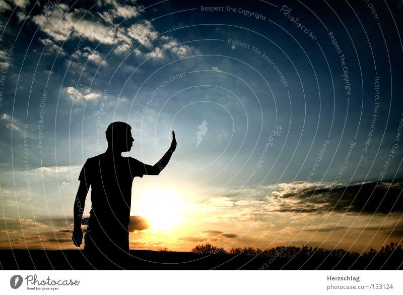 Stop ! stoppen Hand stehen Sonnenuntergang Wolken Himmel rot schwarz Ich Mut blau Konrast Sky Blue Farbe Kontrast