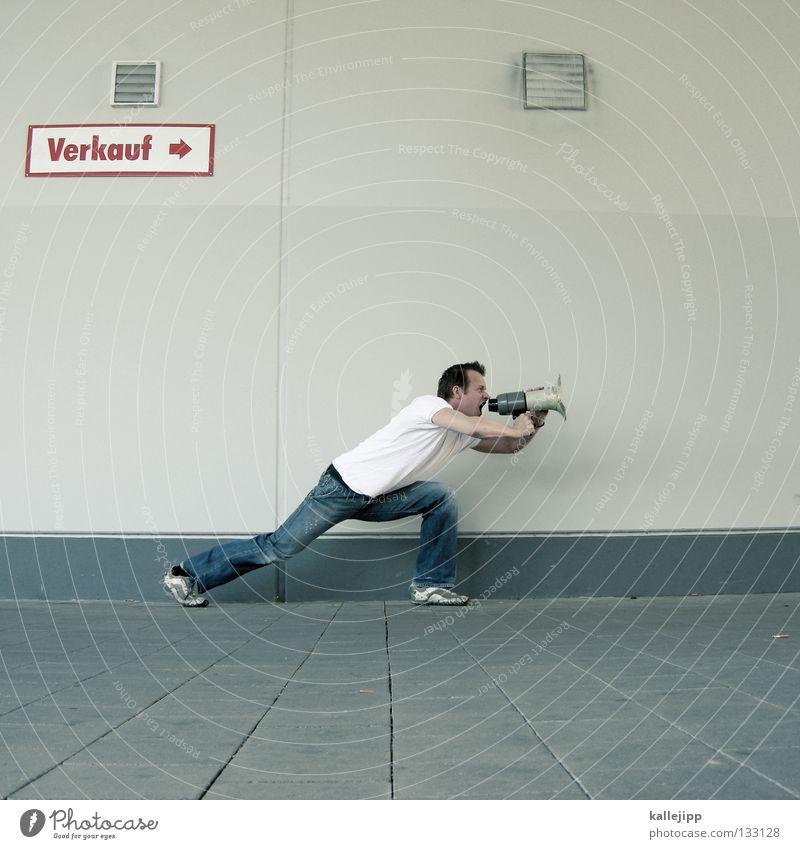 winterschlussverkauf Mensch Mann ruhig Wand sprechen springen Mauer Schuhe fliegen verrückt neu Lifestyle Hinweisschild T-Shirt Kommunizieren Jeanshose