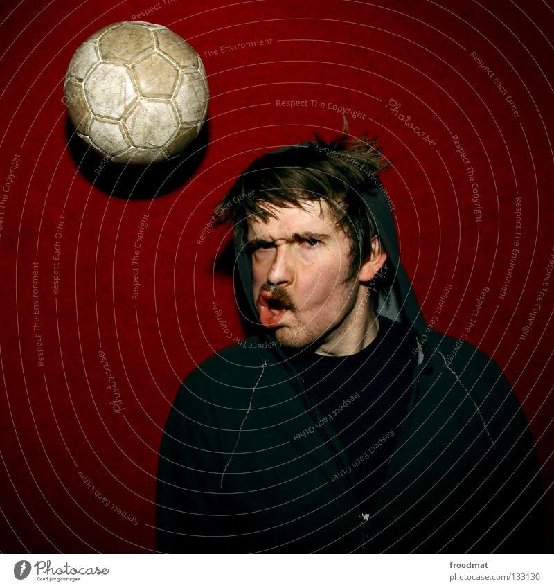 Kopfball rot Wand lustig absurd dumm Pornographie Bart gefroren verschoben Fan Fußballer Sport Quadrat Humor Ballsport Porträt Aktion Kapuze Alkoholisiert
