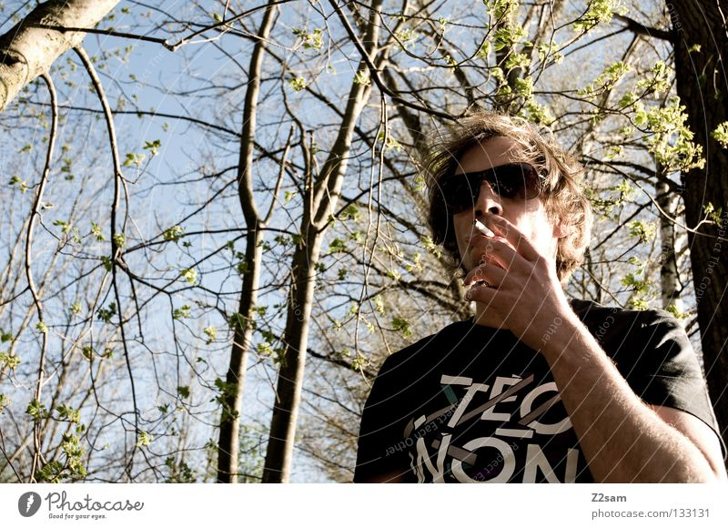 cool smoking Mensch Mann Natur Landschaft Haare & Frisuren Stil maskulin Coolness Brille T-Shirt festhalten Rockmusik Rauch lässig