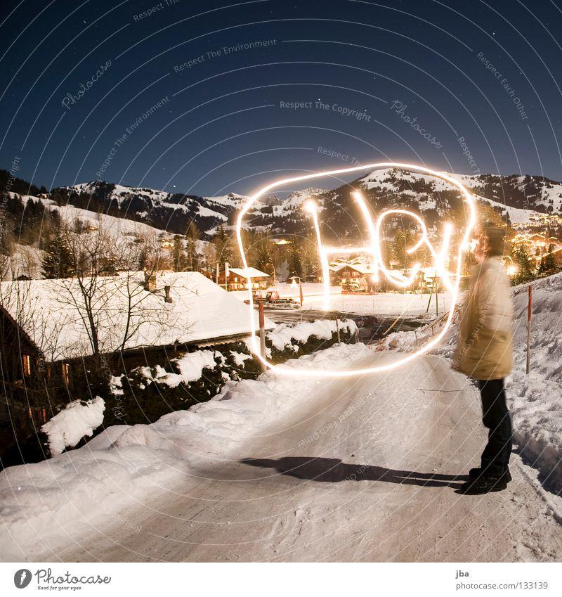 Hey! Langzeitbelichtung Licht Sprechblase Mann Neuschnee Gstaad Dach Haus schreiben streichen zeichnen Straße Wege & Pfade Schnee