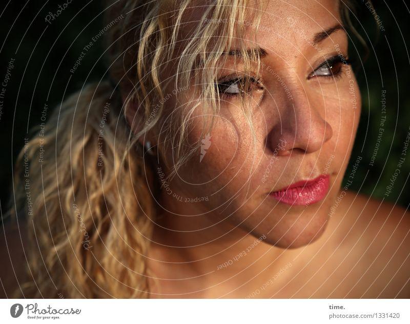 Maria feminin Frau Erwachsene 1 Mensch blond langhaarig Locken Zopf beobachten Denken Blick träumen Traurigkeit warten schön Wachsamkeit Leben Sorge Schmerz