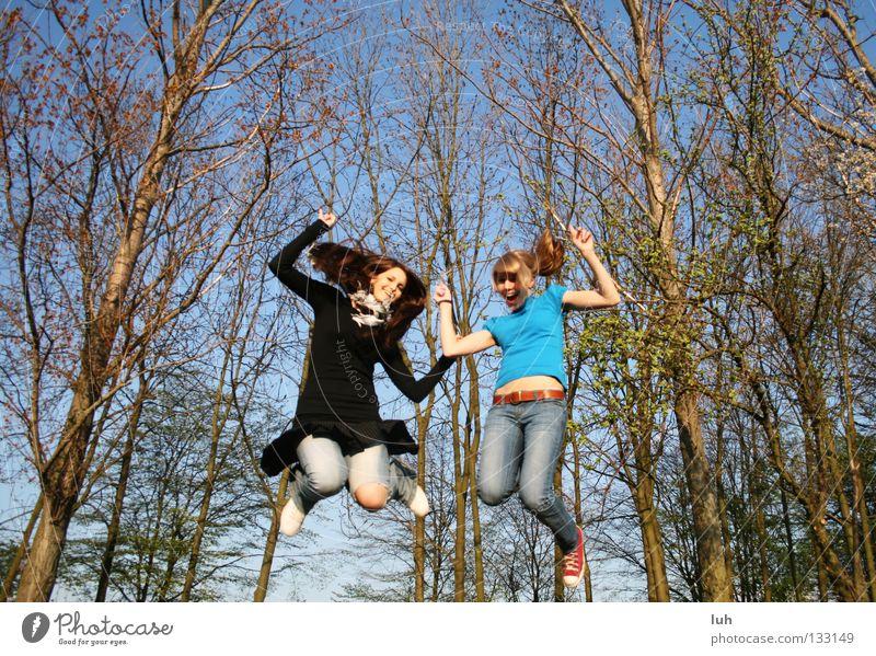 freunde fürs leben Himmel Jugendliche blau Sommer Baum Freude Frühling Glück lachen springen Luftverkehr Fröhlichkeit Lebensfreude Baumkrone Euphorie fliegend