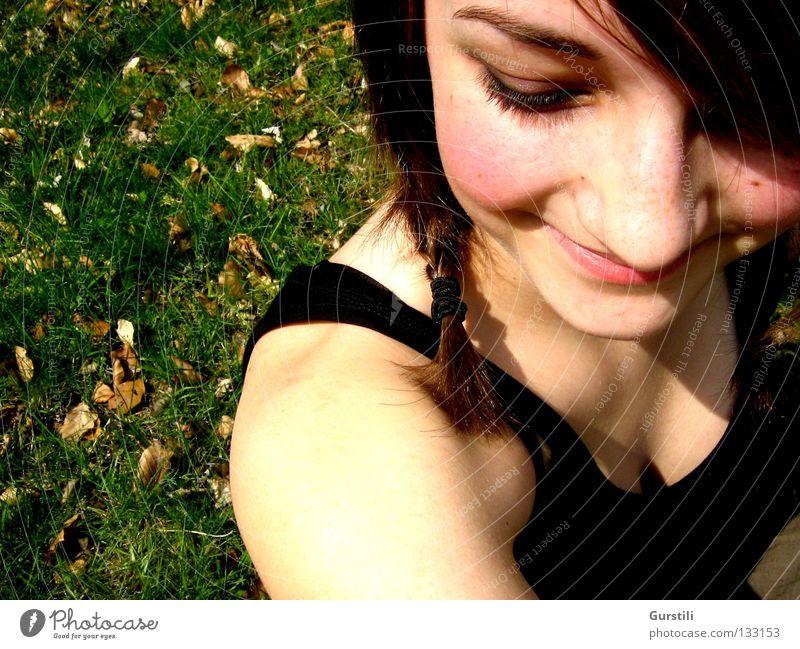 sommerliches Lächeln Farbfoto Blick nach unten Freude Sommer feminin Junge Frau Jugendliche Kopf 1 Mensch Wiese brünett Zopf lachen Fröhlichkeit Wärme Glück