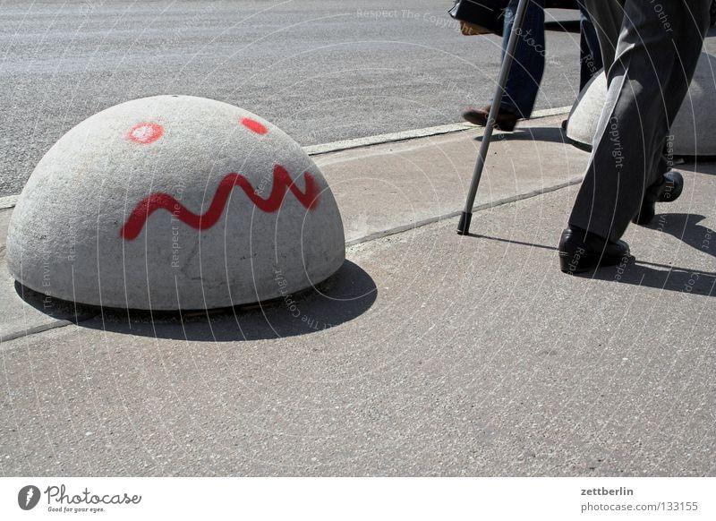 Bürger Mensch Gesicht Straße Wand Wege & Pfade Beine Beton Tisch Spaziergang Ziel Bürgersteig Verkehrswege obskur Stock Fußgänger Arbeitsplatz
