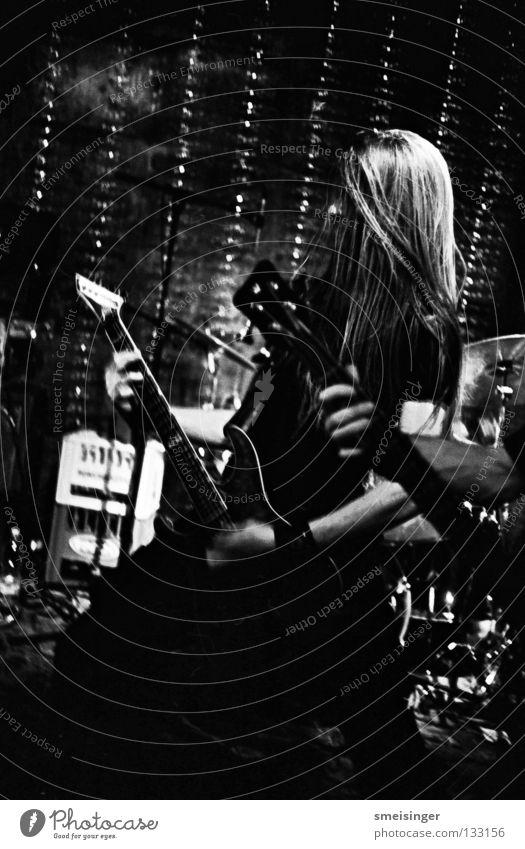 Perishing Mankind weiß schwarz dunkel Haare & Frisuren Musik Show Club Konzert Rockmusik Gitarre langhaarig Musikinstrument Rock `n` Roll Schwarzweißfoto