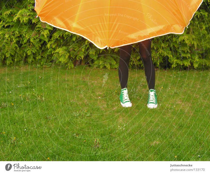 Die Frau ohne Oberkörper grün Sommer Wiese Gras Garten Park Beine orange Rasen Schutz Maske Regenschirm geheimnisvoll Sonnenschirm verstecken Turnschuh
