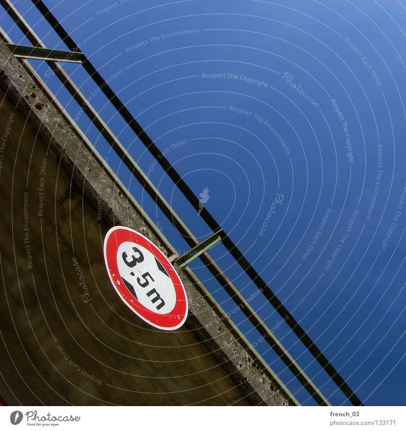 dreikommafünfmeter Schilder & Markierungen weiß braun leer Ferne dunkel Strahlung Gleise Eisenbahn fahren frei ruhig Erholung kalt Physik Gelassenheit