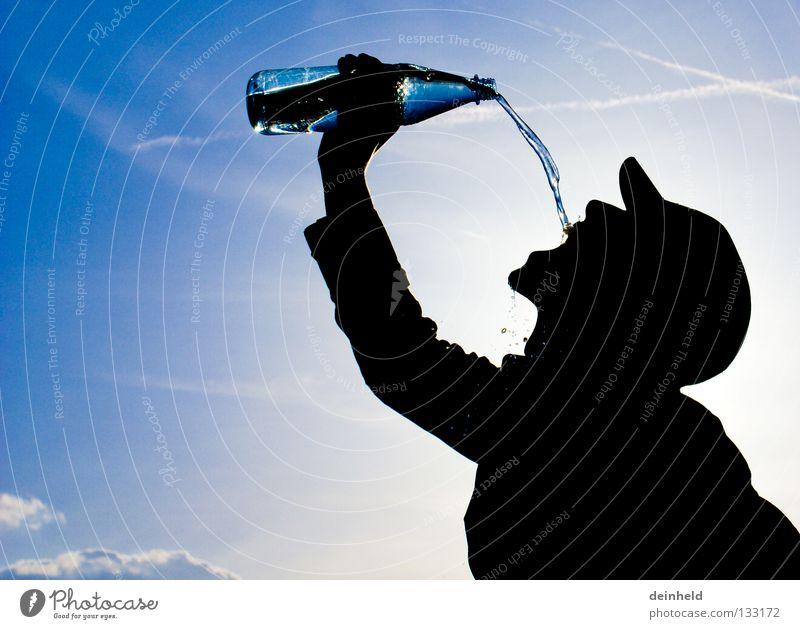 Erfrischung III trinken Gegenlicht Silhouette gewagt Wasser Sommer Manu Durst Flasche Himmel blau Kontrast Die Korken knallen lassen