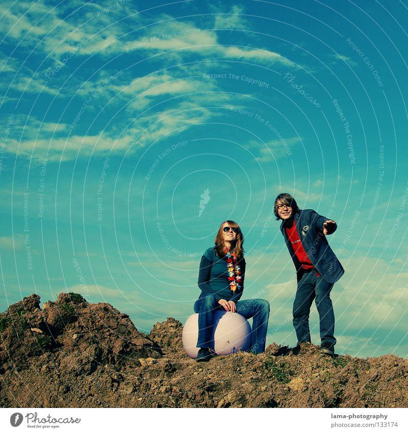 sitting, smiling, dreaming Frau Himmel Mann Natur Sonne Freude Sommer Wolken Spielen Berge u. Gebirge springen träumen Paar hell orange Erde