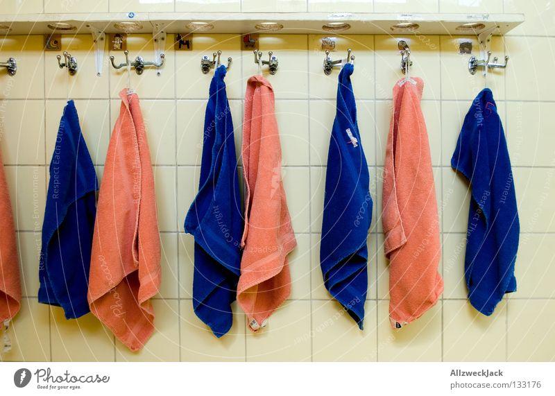 Geschlechtertrennung blau nass Ordnung maskulin Bad Sauberkeit Fliesen u. Kacheln Trennung Kindergarten trocknen Handtuch Haken aufhängen Bildung Reihenfolge Putztuch