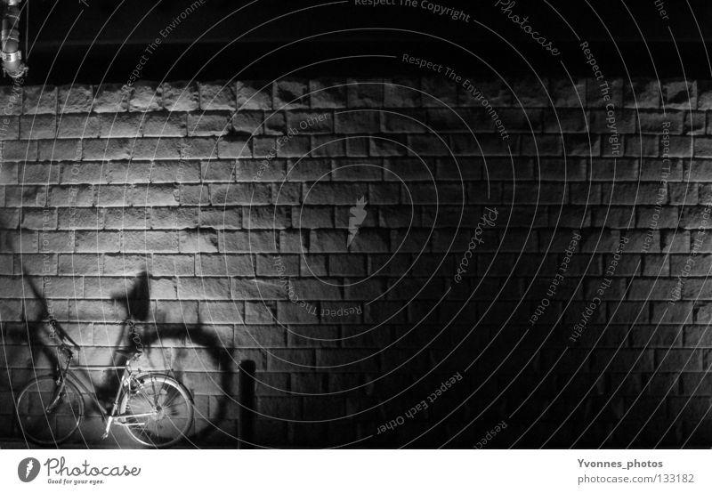 Nachts Bürgersteig Straßenbeleuchtung Rechteck Ecke Stein abgelegen Bordsteinkante hart Streifen Asphalt Licht dunkel parallel Fahrrad leer Einsamkeit schwarz