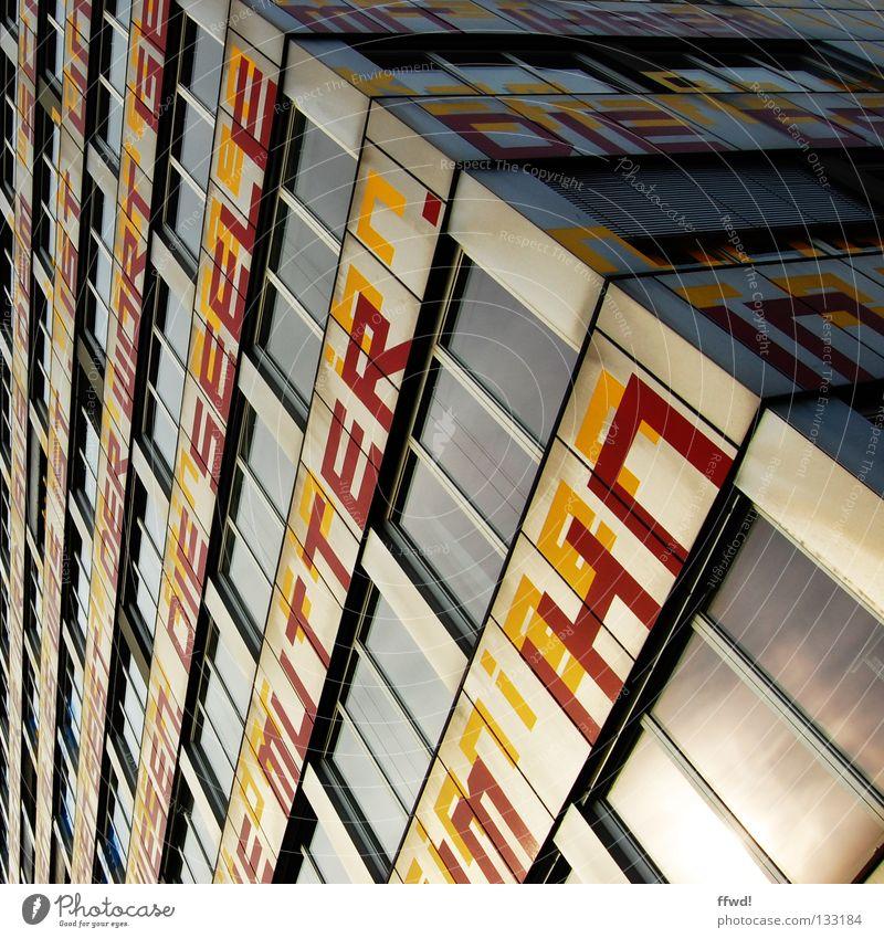 Fassadenpoesie Fenster Wand Gebäude Kunst Glas Fassade Ordnung modern Hochhaus verrückt Perspektive Schriftzeichen Ecke Mutter Kultur