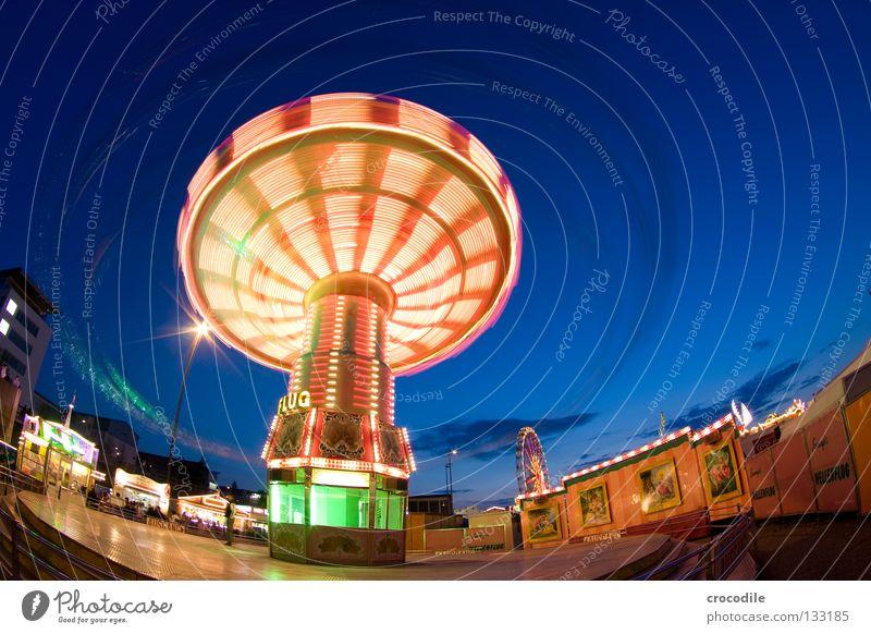 Brummkreisel Schweben Jahrmarkt Kreisel Fischauge grün rot gelb Ladengeschäft Fahrgeschäfte Eingang Riesenrad faszinierend schön Macht fantastisch Freude
