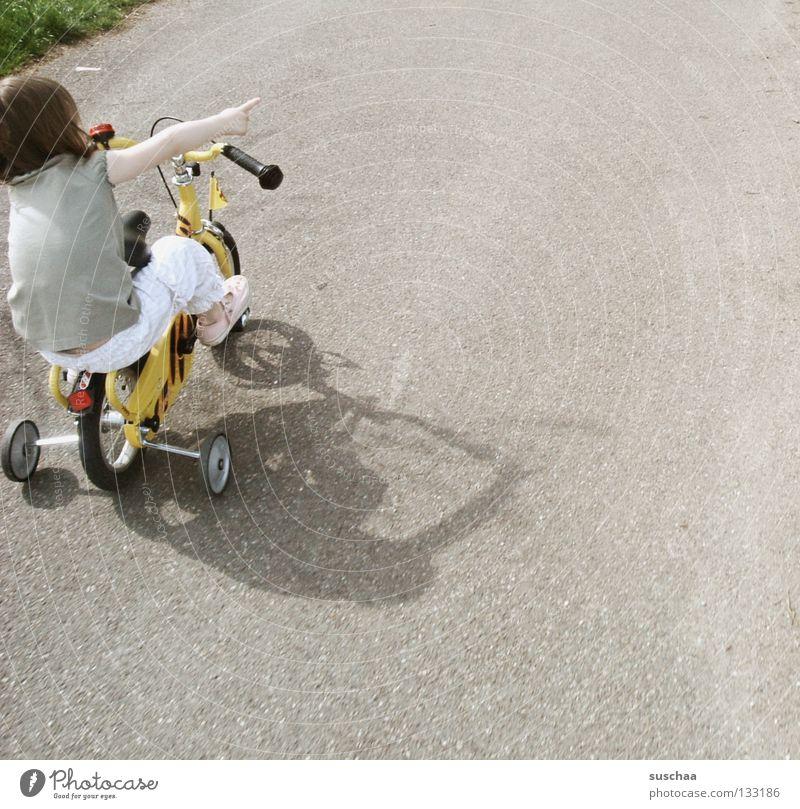stuntkid I Asphalt Kind Kleinkind Mädchen klein Fahrradfahren Stunt Freestyle deuten frech Mut Extremsport Spielen Straße sitzen Stützräder zeigen unerschrocken