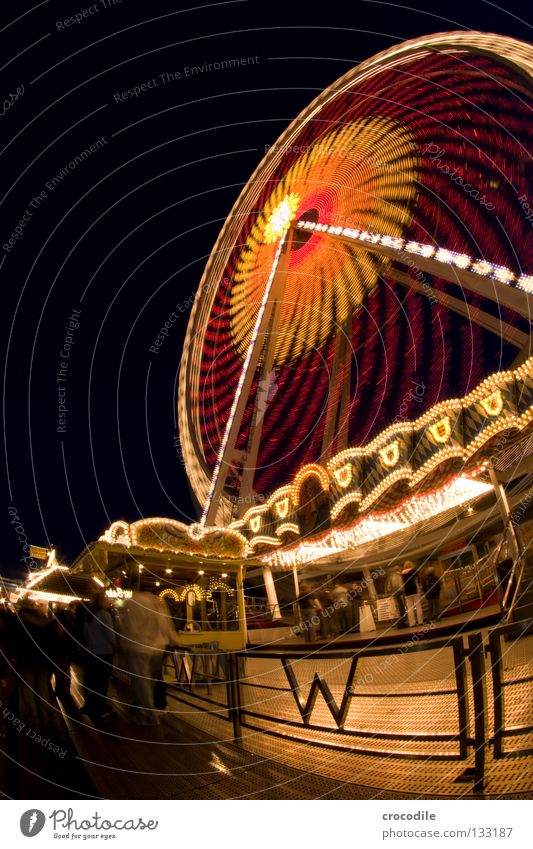 RiesenRad Nacht dunkel Schweben Jahrmarkt Kreisel Fischauge grün rot gelb Ladengeschäft Fahrgeschäfte Eingang Riesenrad faszinierend schön Macht fantastisch