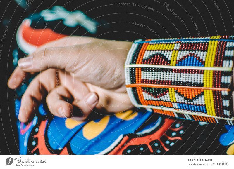 African beads. Lifestyle exotisch Maniküre Hand Finger Mode Bekleidung Schmuck trendy Kitsch Armband Massai Muster Perle Afrika Afrikanisch Afro-Look Farbfoto