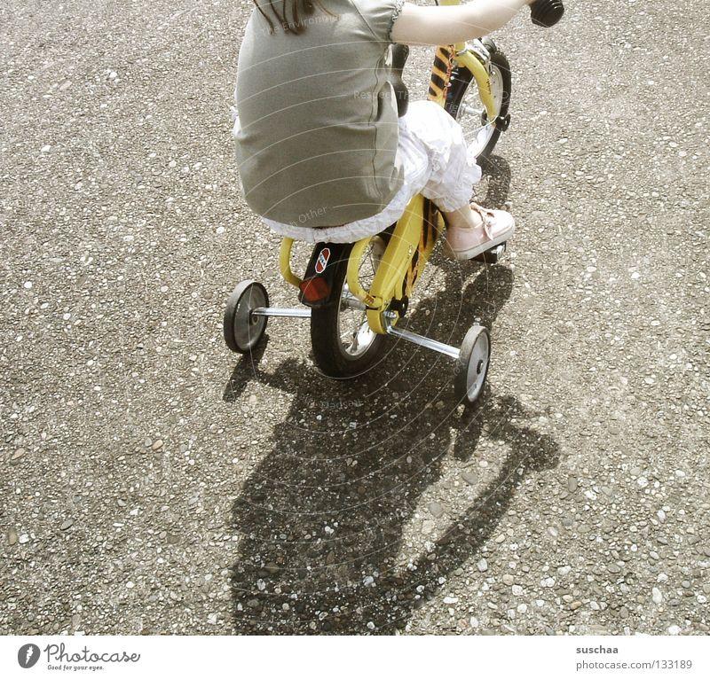 stuntkid III Kind Mädchen Freude Straße klein sitzen fahren Freizeit & Hobby Asphalt Mut Kleinkind Fahrradfahren frech Freestyle Stunt