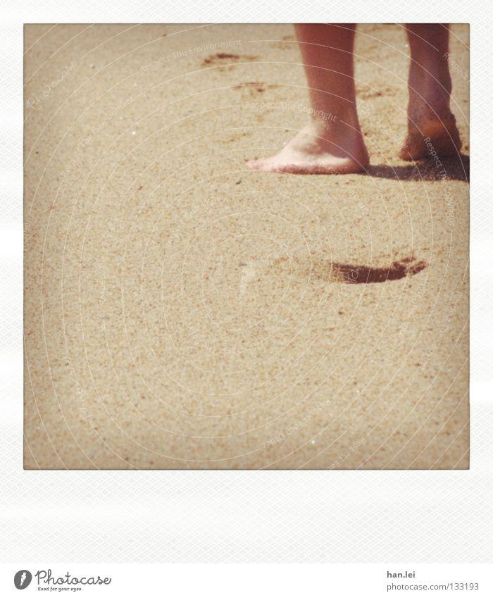 Long walk Strand Meer Beine Fuß Sand Wege & Pfade Fußspur alt gehen laufen Vergänglichkeit Zehen Spuren schreiten marschieren Spaziergang Polaroid Sandstrand