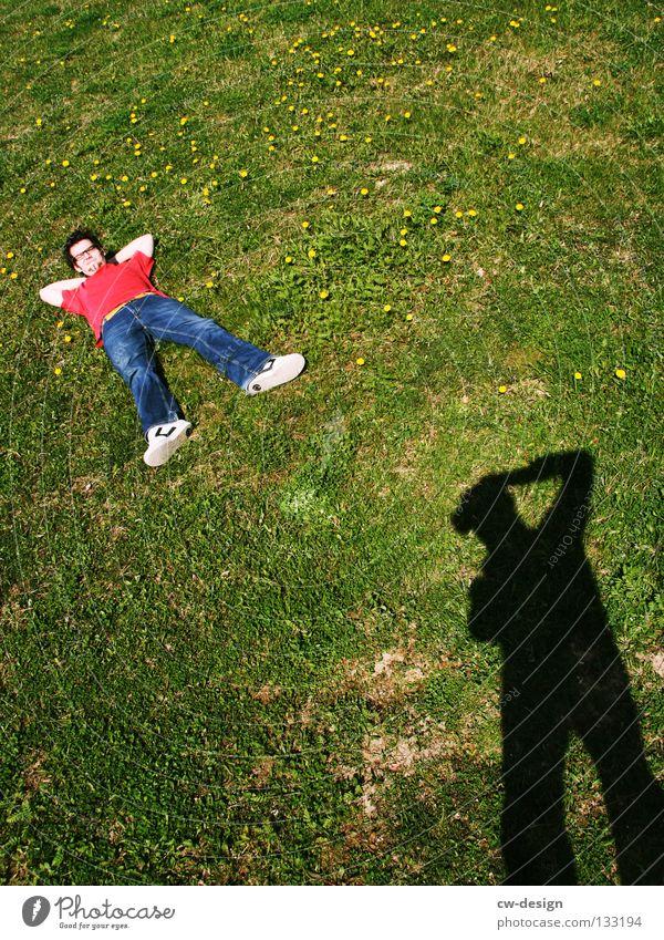 COME ON AND CHILL WITH ME I Erholung Schatten grün Fotograf Fotografieren rot schlafen Glas links Freude Sommer Spielen liegen Blick schattenmensch Rasen