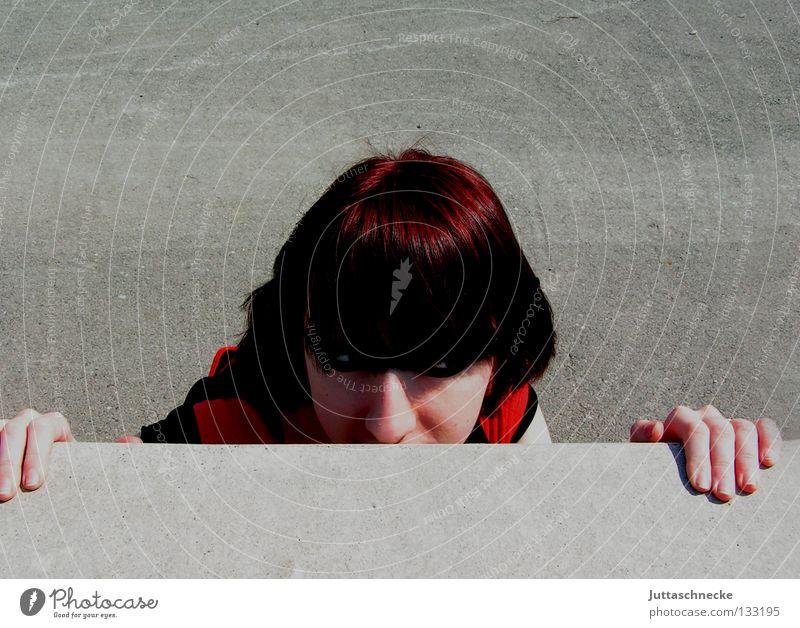 Auf der anderen Seite Frau Wand Mauer Beton gefährlich Kommunizieren bedrohlich verstecken hinten rückwärts Versteck Hallo drüben