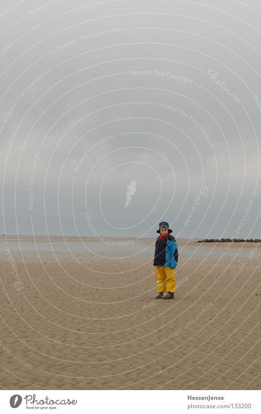 Person 33 Meer See Wellen Strand Föhr gelb Mütze Wolken Freude Kind Hoffnun Wind blau laufen gehen stehen Blick