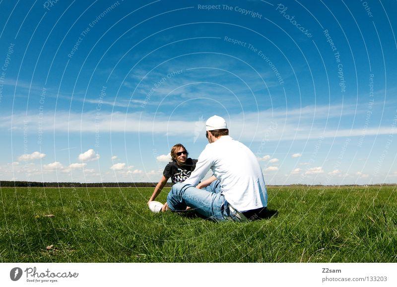 chillout sunday Mann Natur Jugendliche Himmel weiß grün blau Sommer ruhig Ferne Farbe Erholung Wiese springen Stil Gras