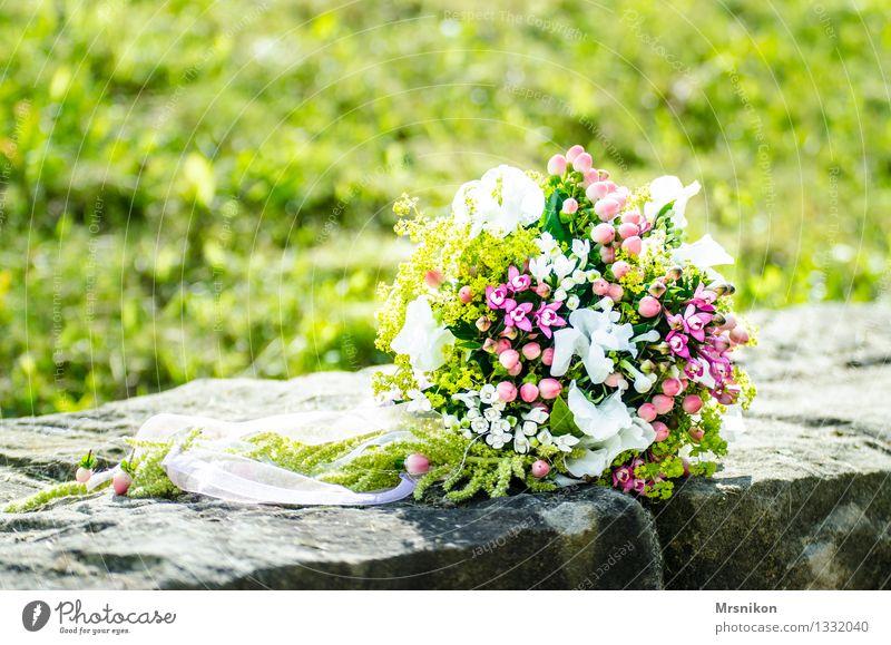 Wer fängt den Strauß? Feste & Feiern Hochzeit ästhetisch Blumenstrauß Hochzeitspaar Ehe Jubiläum Mauer Schleier Sommer blumig schön gebunden rosa weiß grün