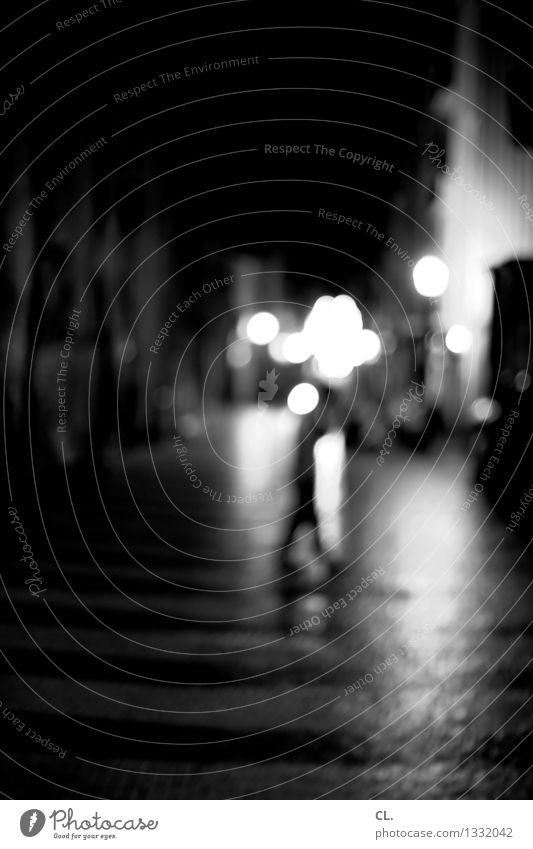 porto / durch die nacht 1 Mensch Stadt Verkehr Verkehrswege Fußgänger Straße Wege & Pfade gehen dunkel Schwarzweißfoto Außenaufnahme Nacht Unschärfe