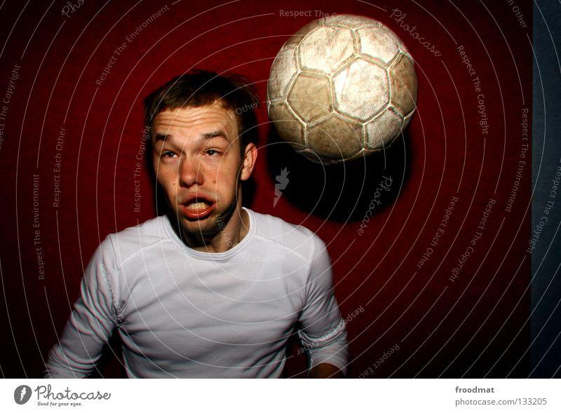 Balla Balla rot Wand lustig absurd dumm Pornographie Bart gefroren verschoben Fan Fußballer Sport Quadrat Humor Ballsport Porträt Aktion Kapuze Alkoholisiert