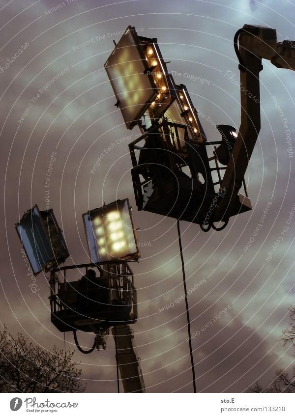 DREH arbeiten Himmel Baum Wolken Farbe Lampe Arbeit & Erwerbstätigkeit oben Stimmung Beleuchtung Kunst warten Seil hoch sitzen Filmindustrie