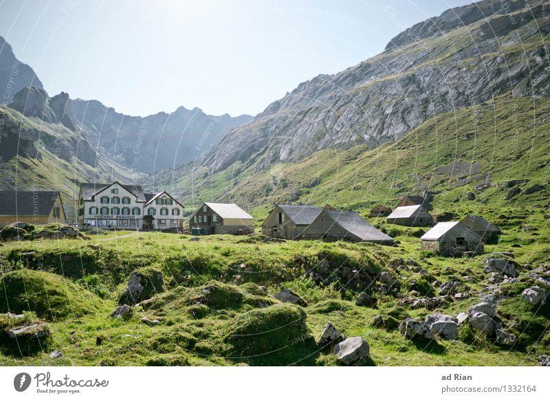 Postkartenwelt [2] Natur Sommer Erholung Landschaft Haus Berge u. Gebirge Umwelt Wiese natürlich Gebäude Felsen Feld Idylle wandern authentisch einfach