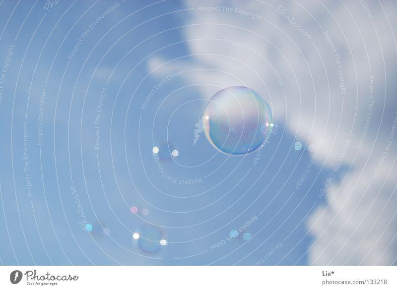 Leichtigkeit Seifenblase himmelblau blasen Wolken Spielen träumen leicht Schweben Hintergrundbild Luft luftig Freude Himmel fliegen Sinnesorgane frei Freiheit