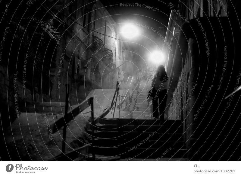 porto / durch die nacht Mensch feminin Frau Erwachsene Leben 1 Stadt Haus Mauer Wand Treppe Fußgänger Wege & Pfade gehen außergewöhnlich dunkel gruselig