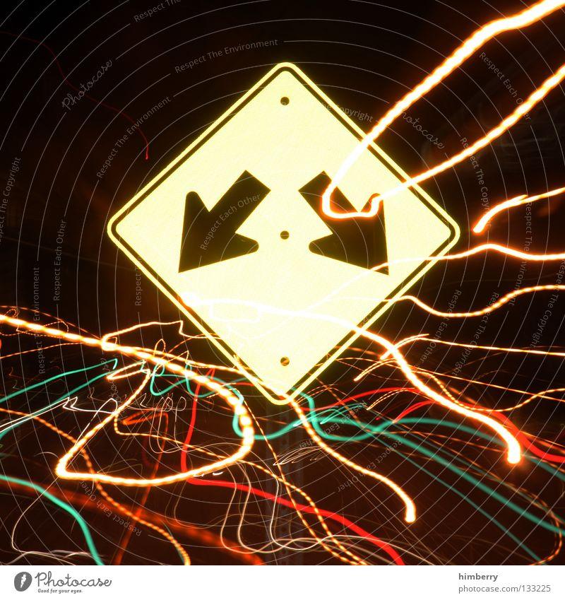 decision ahead Lampe Stadtleben Blitze Zoomeffekt Belichtung Langzeitbelichtung Nacht Straßennamenschild gehen Streifen Verkehr Straßenverkehr