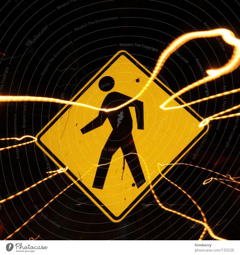 johnny walker Mensch gelb PKW Lampe Linie gehen Schilder & Markierungen Verkehr gefährlich Streifen bedrohlich Pfeil Stadtleben Blitze Verkehrswege Warnhinweis