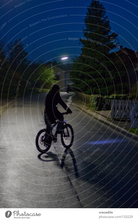 lonely biker Nacht Motorradfahrer fahren Gleichgewicht Fahrrad Mountainbike Teer Baum Tanne Licht Laterne Haus Funsport daußen faru streetbike downhill starße