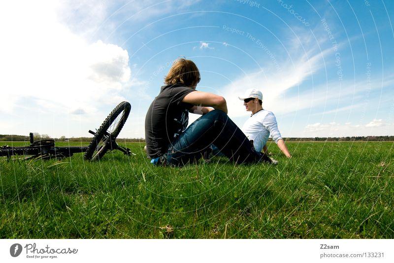 chillout sunday II Mann Natur Jugendliche Himmel weiß Sonne grün blau Sommer ruhig Ferne Farbe Erholung Wiese springen Stil