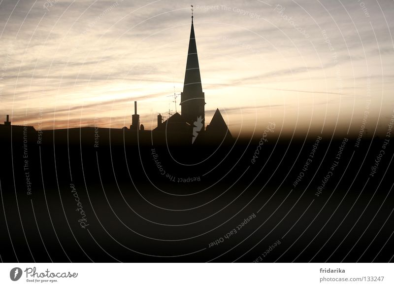 dämmerung Haus Himmel Wolken Wetter Gebäude Dach Schornstein dunkel eckig hell Spitze schwarz weiß Dreieck Kirchturm Gotteshäuser Morgen Abend Dämmerung