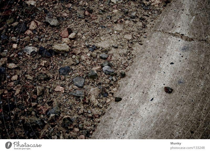 Backstreet Arbeit & Erwerbstätigkeit Asphalt Baustelle Beton betoniert mehrfarbig fade Gasse gefährlich Grauwert hart Kieselsteine Rennbahn Schatten Schlagloch